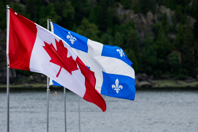 Drapeaux du Canada et du Québec flottant au vent